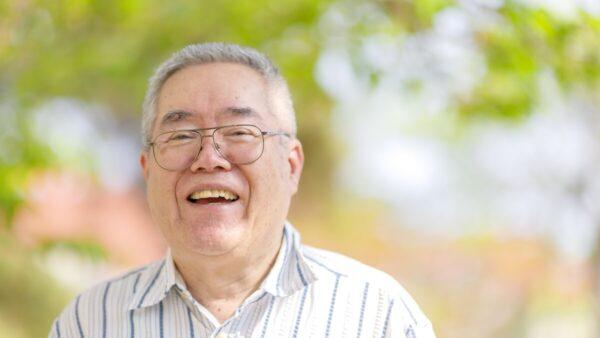 笑顔の老人男性